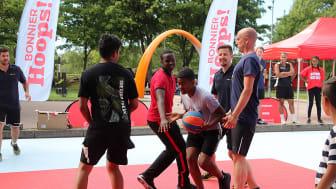 Den 19 juni invigs streetbasketplanen utanför Sjumilahallen i Biskopsgården och håller öppet under hela sommarlovet. Foto: HisingenByDay