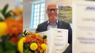 Lennart Hagberg, grundare, delägare och koncernchef för HusmanHagberg, tar emot Mäklarsamfundets Förtjänsttecken.