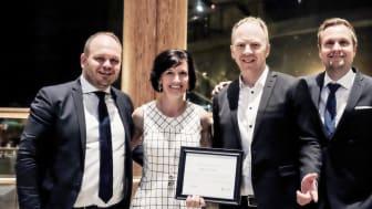 TRANSFORMASJONSPRIS: Microsoft Norge-sjef Kimberly Lein-Mathisen i midten gratulerer Roger Aakerholm, Sopra Steria til venstre, Jørn Ole Skaaraas, Sopra Steria til høyre, og André Johnsen partneransvarlig i Microsoft.