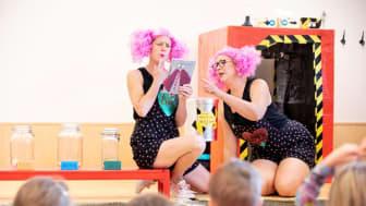Fantasifröknarna Linda Bjällerstedt och Sara Bergström, även kända som nättrollen Fixa och Trixa, undervisar barnen på Bjurhovdasmyckets förskola, tillsammans med sin lärplatta Kjell Kritik.