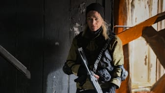 Gangs of London med danskerne Laura Bach og Mads Koudal får premiere på C More den 10. november. (Flere billeder i bunden af pressemeddelelsen)