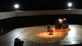 """Cellistin Veronika Wilhelm und der Organist Michael Schönheit verzauberten die Zuhörer mit den Stücken zum Motto """"Die Magie des Augenblicks"""""""