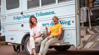"""Elke Göttgens und Frank """"Schmitty"""" Schmitz vor calligraphy cut®-Tourbus TRUDE"""