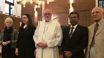 Från vänster: kultur- och demokratiminister Amanda Lind, utbildningsminister Anna Ekström, kardinal Anders Arborelius, Sri Lankas ambassadör Senadheera Sudantha Ganegama Arachchi samt Bahman Tofighian från Interreligiösa rådet i Stockholm.