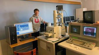 Viggo Karlsson NA18 är första elev som är igång och testar Katedralskolans nya naturvetenskapliga laboratorium.