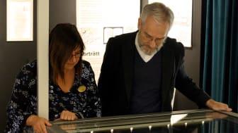 Pia Letalick och John Rothlind tittar på sitt fynd i Raritetskabinettet.