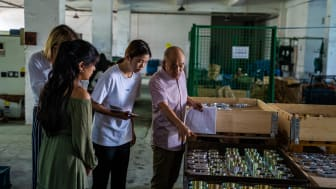 JIBS studenterna Claudia Tirado och Kristina Peric (vänster) i Ramo Groups fabrik under deras 5 veckor pratik i Ningbo, Kina.