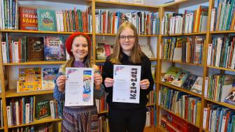 Lisa Rönnlund och Alicia Myrestam visar upp sina jubileumsbokmärken. Fotograf: Petra Nilsson