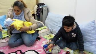 Familj på flykt genom Balkan