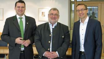 Die Zukunft der Stromversorgung im Landkreis Schwandorf ist lokal, ökologisch und dezentral. Landrat Thomas Ebeling, bemo-Vorstand Armin Schärtl und Regio Energie-Geschäftsführer Thomas Oppelt (v.l.) haben den lokalen Strommarkt vorgestellt.