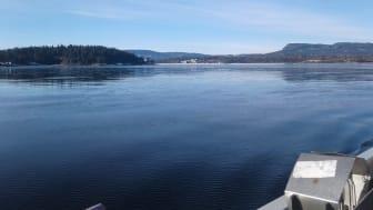 Forskere fra NIVA har vært på tokt i forbindelse med miljøovervåkningen av Indre Oslofjord, som finansieres av Fagrådet for vann- og avløpsteknisk samarbeid i Indre Oslofjord. Her fra Bærumsbassenget, da isen fremdeles lå i et tynt lag på fjorden.