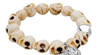 Dråpe - rocka armbånd med hodeskaller i fargen hvitt/brunt.