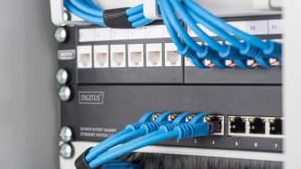 Bildtext: Kompakta gigabit-switchar från DIGITUS möjliggör professionell nätverksteknik i 10-tums skåp. Foto: Assmann Electronic GmbH
