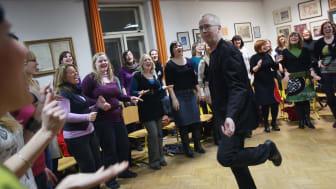Peder Karlsson leder kören Perpetuum Jazzile i Slovenien