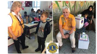 Nilgün och Leif Niord, i arbete med De Glömda Barnen. Nilgün i skolan och Leif i en paus vid utdelning av matpaket.