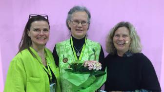 Ann-Sofi Freyhult tilldelas utmärkelsen Trädgårdens Eldsjäl. Från vänster Inger Ekrem, Ann-Sofi Freyhult och Gunnel Carlson. Källa: Riksförbundet Svensk Trädgård
