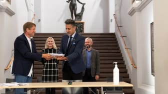 Prosjektleder Martin Eia-Revheim overleverer mulighetsstudien for Nasjonalgalleriet til kulturminister Abid Q. Raja. I bakgrunnen Nasjonalmuseets direktør Karin Hindsbo og Sparebankstiftelsen DNBs direktør André Støylen.