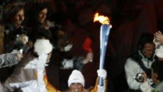 Olympiska facklan är tänd, signerad och till salu