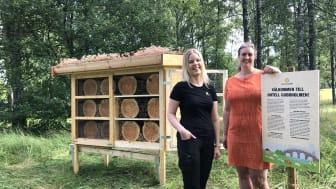 Zandra Löfqvist och Monika Bubholz (MP) visade upp det nya insektshotellet.