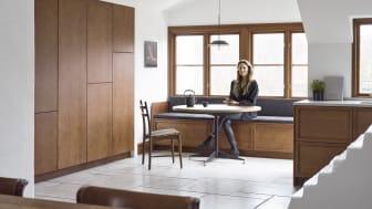 Designeren Luise Liljencrantz har taget plads på en integreret bænk.