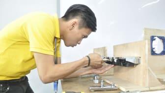 Sanitetsproducent uddanner udsatte unge til installatører