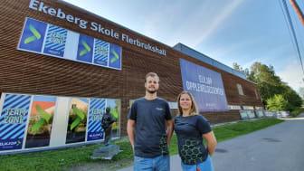 Nils Martin Øymo og Charlotte Lüthcke Solberg fra Elkjøp utenfor Opplevelsessenteret på Ekebergsletta