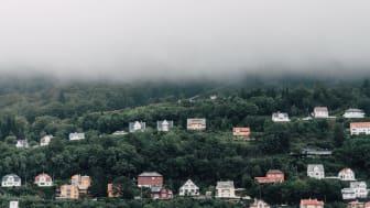 Gjeldsproblemene øker, spesielt på Sør-Vestlandet, ifølge Lindorffanalysen. 250.000 nordmenn har totalt 1,3 millioner betalingsanmerkninger - til en verdi av 39 milliarder kroner. Foto: Bergen, Unsplash.