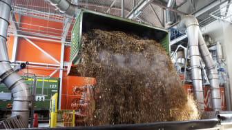 Lossning av flis från tåg vid Fortum Värmes nya biokraftvärmverk i Stockholm. Foto: Fortum Värme