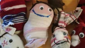 Alte Socken, die eigentlich im Müll gelandet wären, werden im Hauff-Kindergarten zu netten Sockenmonstern