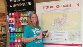 Frida Persson på Ica Kvantum Munken håller upp vykort där man kan fylla i sina tankar och idéer. Tycka-till-skyltarna sitter i större matbutiker i Skara, i Axvall och utanför pizzoriorna i Ardala och Varnhem. På skara.se finns en digital karta.