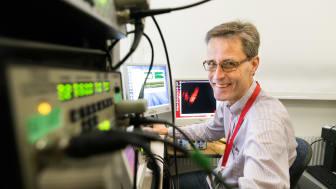 Anders Fridberger i labbet där en del av mätningarna är utförda.