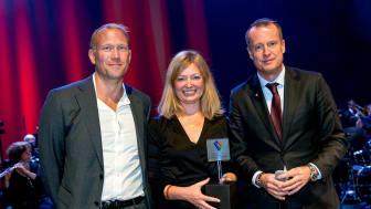 Digitaliseringsminister Anders Ygeman delar ut utmärkelsen Sveriges DigitaliseringsKommun till Daniel Broman och Sara Penje, Lidingö stad