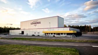 När Löfbergs Lila byggde sitt 6000 kvadratmeter stora helautomatiska höglager i Karlstad 2015 levererades 1800 kubikmeter Thomagrön® till bottenplattan.