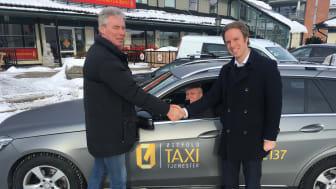 Sigbjørn Julien, Daglig leder i Østfold Taxitjenester (venstre), Per Ove Nilsen, taxisjåfør hos Østfold Taxisentral som tester alkolås (i midten) og Christian Salvesen, prosjektansvarlig for samarbeidet med taxinæringen hos KGK (høyre).