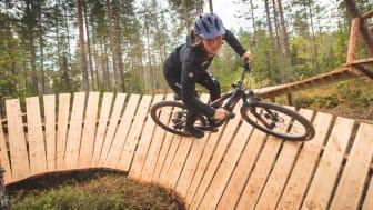 Den nybakte VM-vinneren Mille Johnset syntes det var grisegøy å sykle Miss Piggy. Foto: Fredrik Otterstad