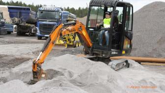 Barn testar grävmaskiner på Märsta Förenades Barnens Dag
