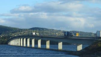 Mjøsbrua fra 1985 skal få avløsning av ny motorveibru. Foto: Wikimedia
