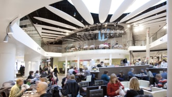 Liljeholmstorget byggdes 2009 och är ett exempel på ett modernt stadsdelscentrum, designat för att möta medborgarnas behov av smidiga kommunikationer, shopping, samhällsservice, arbete och rekreation – allt samlat på en och samma plats.