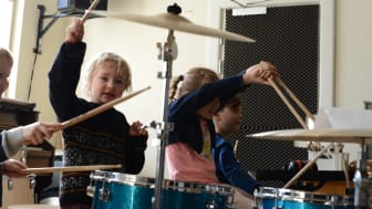 Børnene trommer løs