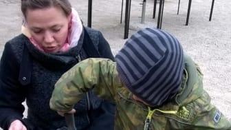 Hvad mon der dukker frem af mulden? - Lejre Museum holder arkæologisk værksted for børn. Foto: Museumskoncernen ROMU