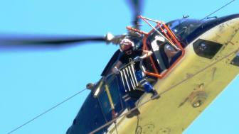 Die sogenannten Vogelschutzfahnen werden unter Einsatz eines Hubschraubers an Freileitungen des Hochspannungsnetzes auch im Landkreis Deggendorf angebracht.