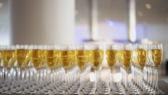 En annorlunda examen i år utan något firande på plats på Brobygrafiska. Obs! bubblet på bild är alkoholfritt.