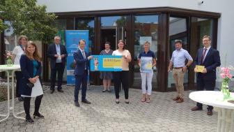 Ausgezeichnete Auswahl: 5.000 Euro bekam die Gemeindebücherei Schwarzenfeld vom Bayernwerk für ihre fortlaufend gute Arbeit in den Bereichen Kinder- und Jugendbuch.