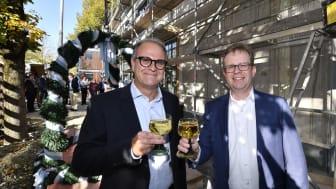 Dr. Bernd Hochberger (re.), Vorstandsmitglied der Stadtsparkasse München, stoßt zusammen mit dem Leiter des Immobilienmanagements, Michael Rubenbauer, auf das Richtfest des Neubaus in der Belgradstraße 162 an.