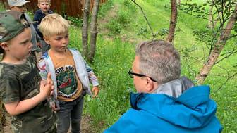 Fiskeriministeren på besøk hos Skaug barnehage, der tema var fiskekonsum.