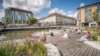"""Er belebt seit 2020 die Innenstadt der schleswig-holsteinischen Landeshauptstadt Kiel: Der Holstenfleet (vorher """"Kleiner Kiel-Kanal) wurde mit über 5 km Kebony Holz fertiggestellt und ist jetzt preisgekrönt – mit einer Auszeichnung beim Deutschen Lan"""