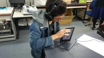En av deltagarna i studien som visar att ljudpusselspel vid hörselträning är ett engagerande sätt att öva på.