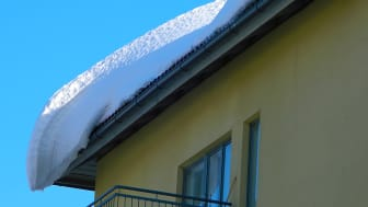 Fastighetsägare och bostadsrättsföreningar är skyldiga att röja tak från snö och is.