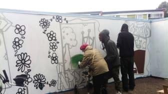 Unga och gamla samlas vid konstplanket