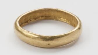 Makt og magi. Gullring, datert 300-600 e.kr., funnet på Rennesøy, Rogaland.